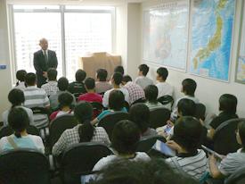 对来上海事务所访问的代表团进行说明的情景