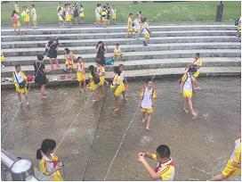 炎夏中、在「四季之里」休息的访问团的孩子们2